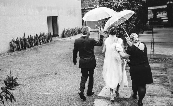 A noiva Taísa chegando para a cerimônia no Galeria Jardim. Foto: Juliana Pessoa Fotografia