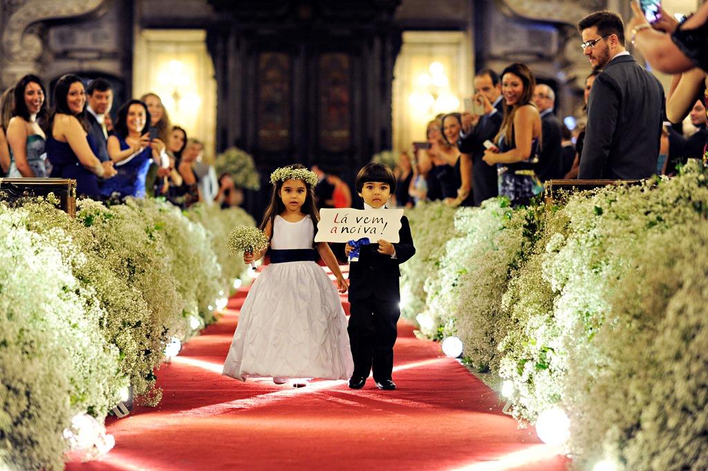 O casal de dama e pajem de Mariana e Thiago anunciando a chegada da noiva. Foto: Priscilla Hossaka