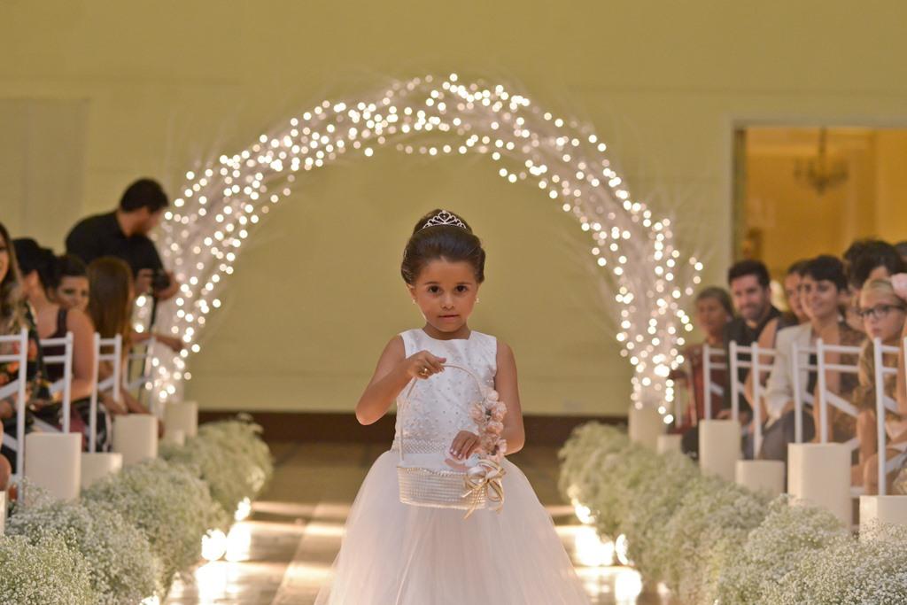 Daminha fofa do casamento de Vanessa e Thiago - http://euamocasamento.com/casamentos/sonho-do-casamento-realizado-em-dois-meses-e-meio/ - Foto: Emiliano Feo